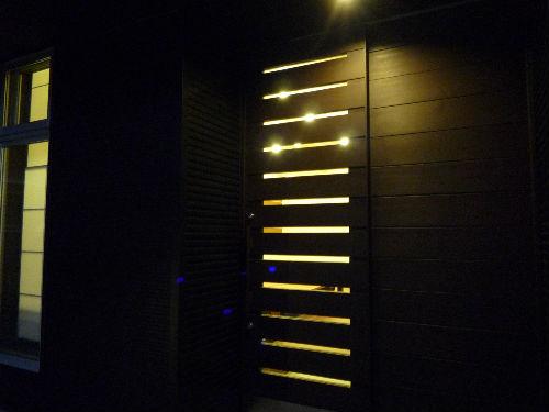玄関のドアから明るい灯りが・・・・