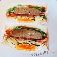 ハンバーグと卵とアボカドのサンドイッチ