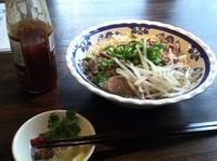 ベトナムの牛肉麺「ブンボーフエ」とスタッフの皆さん