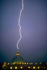 ローマ法王が退位表明した日、大聖堂に雷が落ちる