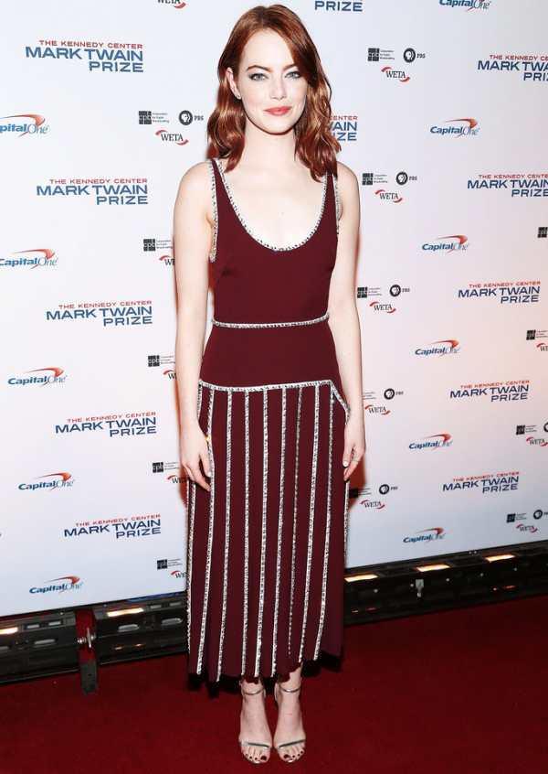 Emma Stone look rétro dans une superbe robe bordeaux