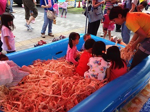 カンナくずプールを楽しみにしてくれていた、立川の子供たち!