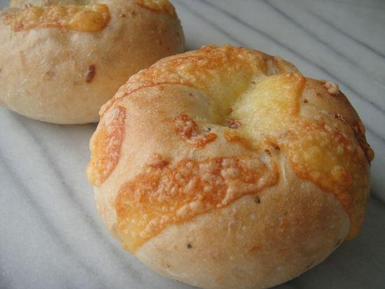 玄米ベーグル オニオンチーズ