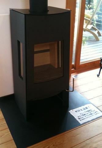 モデルハウスに、新しい薪ストーブが設置されました。