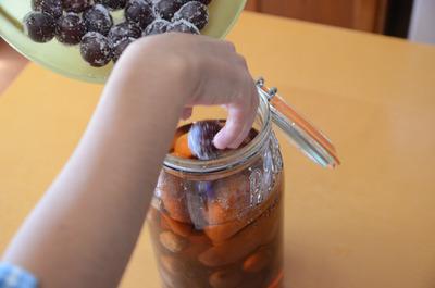 我が家のルムトプフ(果物のラム酒漬け)