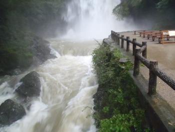 河川が増水しています。川岸には近づかないでください