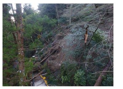 -通行止め継続中- 台風災害復旧工事のため、滝への舗装された遊歩道(滝道)は途中から通行止め