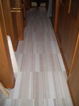 廊下にもタイルカーペット