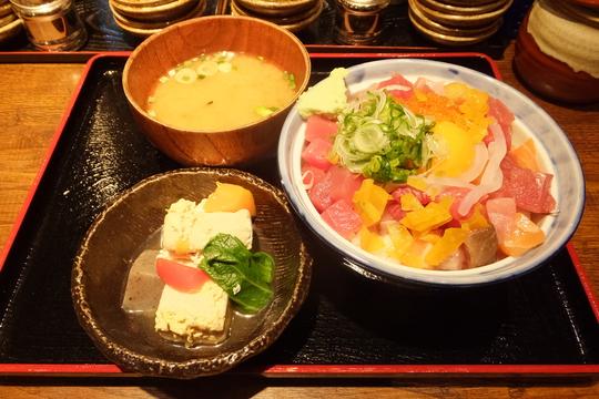 新大阪 「魚あほ一代」 メチャ旨のお値打ち海鮮丼が勢揃い!