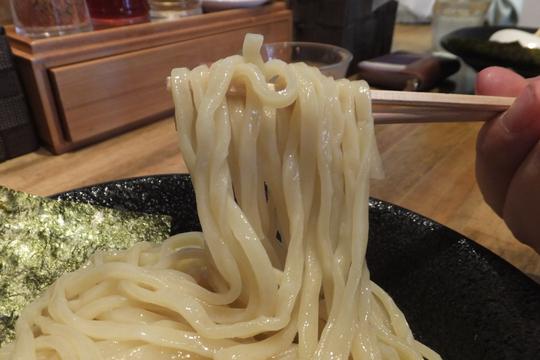 心斎橋・アメリカ村 「つけ麺 雀 アメ村本店」 厳選された豚骨と鯖節からとった雀つけ麺!