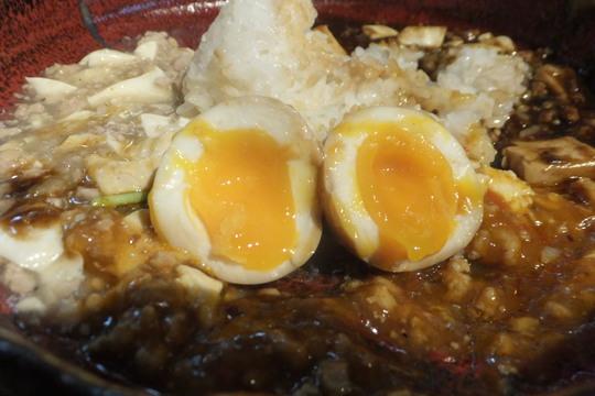 西中島 「炭繁」 白・赤・黒と味が楽しめるトリプル麻婆豆腐!