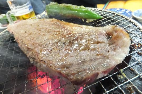 花園町 「萩之茶屋鶴一 なにわ筋店」 厚みある肉がジューシー