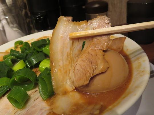 心斎橋・南船場 「濃厚中華そば よし田」 コクがあって濃厚な味噌特のせチャーシュー麺!