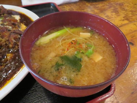 本町 「大衆食堂 ヒザコシ」 ゴロゴロチキンカレーは濃厚でコクがありスパイス感が半端ない!