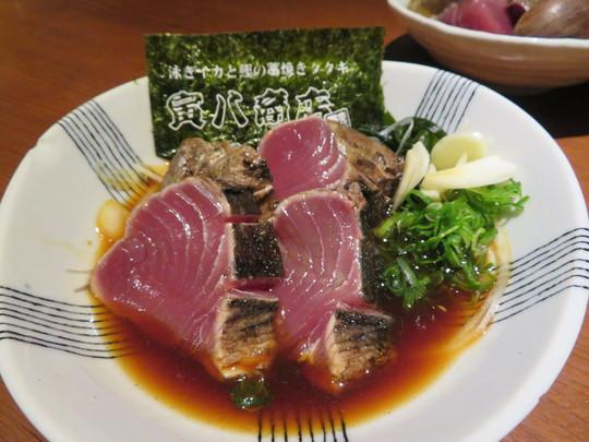 なんば 「寅八商店 難波店」 生け簀にいる泳ぎイカと鰹の藁焼きタタキが新鮮でしっかり旨い!