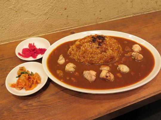 梅田・梅田一番街 「くまBAR」 旨味とコラーゲンたっぷりの牛スジホルモンカレー!