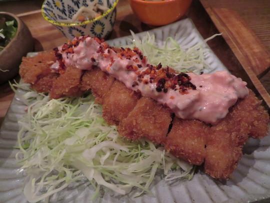 心斎橋・南船場 「Moe Joe(モー ジョー)」 ピンクのタルタルソースが掛かった魅惑のチキンカツランチ!