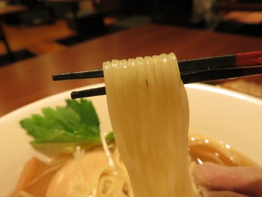 天満・扇町 「麵 紡木」 干し牡蠣とイリコが重なり上質の味わいな醤油らぁ麺!