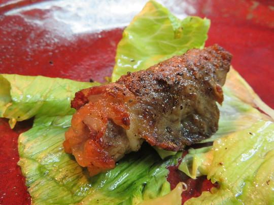梅田・お初天神通 「角兵衛」 豚バラに特製キムチを掛けて豚キムチとして頂きます!
