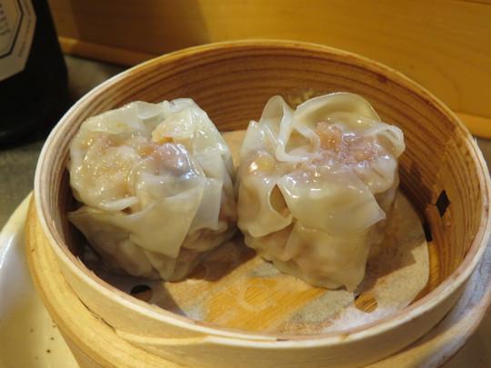 梅田・お初天神通 「包 焼売・餃子 豚山」 肉汁がほとばしる餃子と焼売が熱々でたまりません!