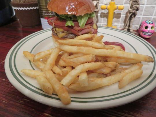なんば・アメリカ村 「リッチガーデン」 一番人気の香ばしい薫製ベーコンとチェダーチーズのベーコンチーズバーガー!