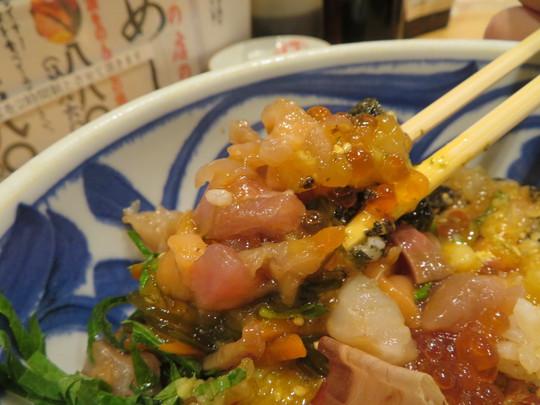 新大阪・新なにわ大食堂 「海鮮が安いだけの店 魚屋スタンドふじ」 少しジャンキーですが最高に旨い海鮮が味わえるふじ丼!