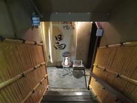 神戸・三宮 「骨付地鶏炭焼 日向」 名物地鶏のもも焼きが歯応え抜群の旨さ!