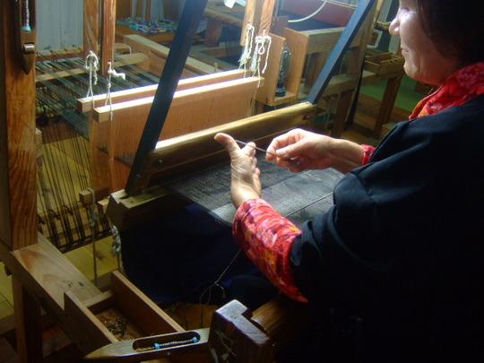 奄美珍道中11 龍郷町「大島紬村」繊細な伝統工芸の工程を見学