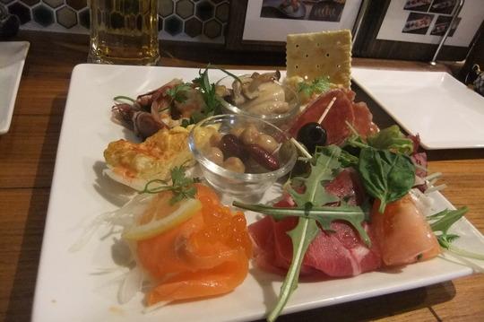 梅田 「くま食堂」 スパイスカレーの後に〆の串カツとワイン!
