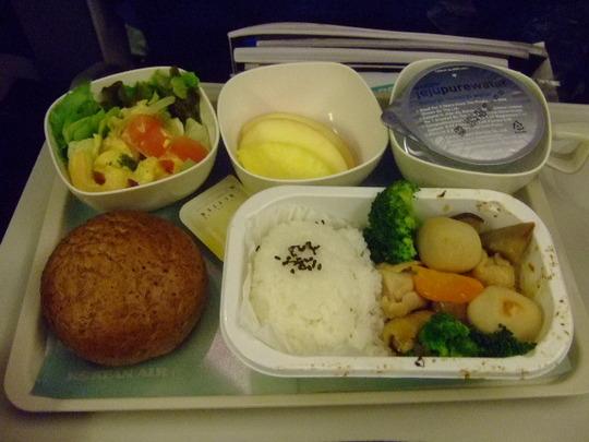 グアム珍道中 その1 「大韓航空 機内食」 鶏の筑前煮!?