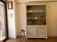 アンティーク家具のペイントキャビネット