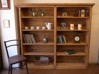 アンティーク家具 オールドパインの大きなブックケース。