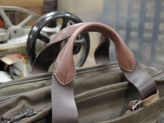 TUMIのバッグの持ち手あて革交換郵送受付します。