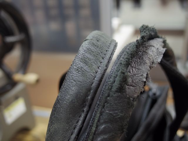 TUMIのバッグの持ち手のあて革が、、、、