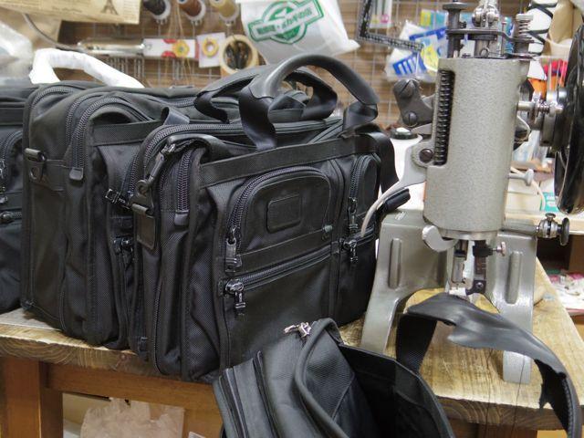 TUMIのバッグの持ち手あて革交換をいくつか