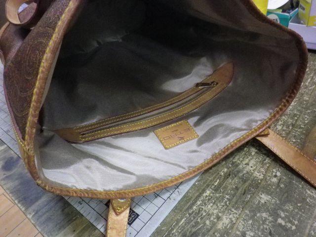 トートバッグの内側がベタベタのベッタベタ。。。。