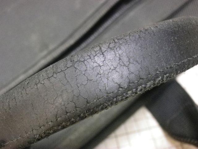 TUMIのブリーフケースの持ち手の革がボロボロに。。。。