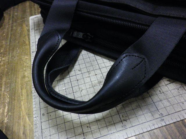 TUMIのかばんの持ち手に穴が。。。。
