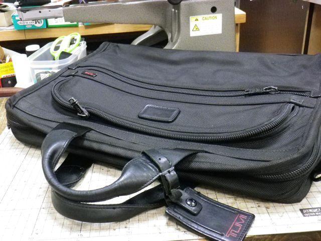 TUMIのかばんの持ち手にヒビが。。。。