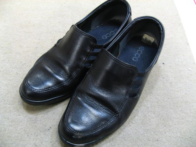 お母さんの靴、かかとがもともとないけど直るのかな?