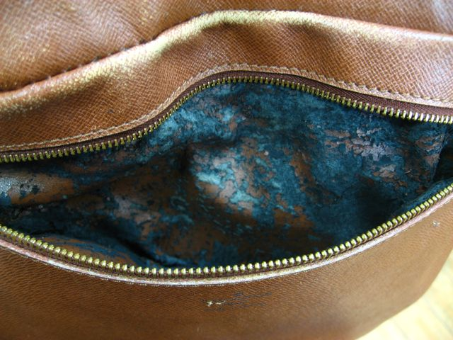 大事にしまっていたヴィトンのバッグがボロボロ・・