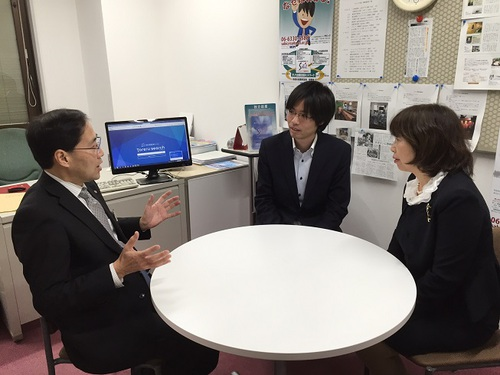 中央が宮崎超史氏。パソコン画面はToreruのサイト。