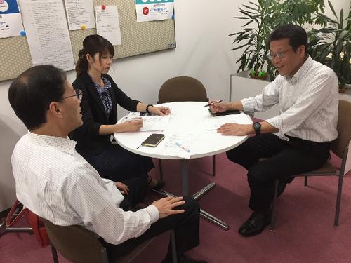 相談中の友松さんとスタッフ
