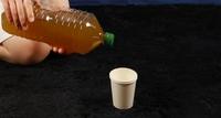 ペットボトルのお茶を注ぐ合成 コスプレもできる変身スタジオ サテライトドア
