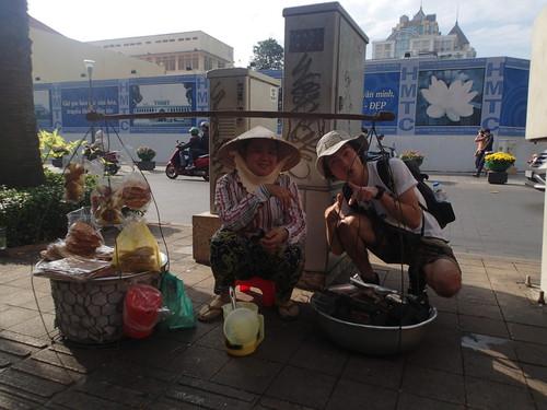 ベトナム・ホーチミンで発見!移動式の炭火焼きワッフル屋台