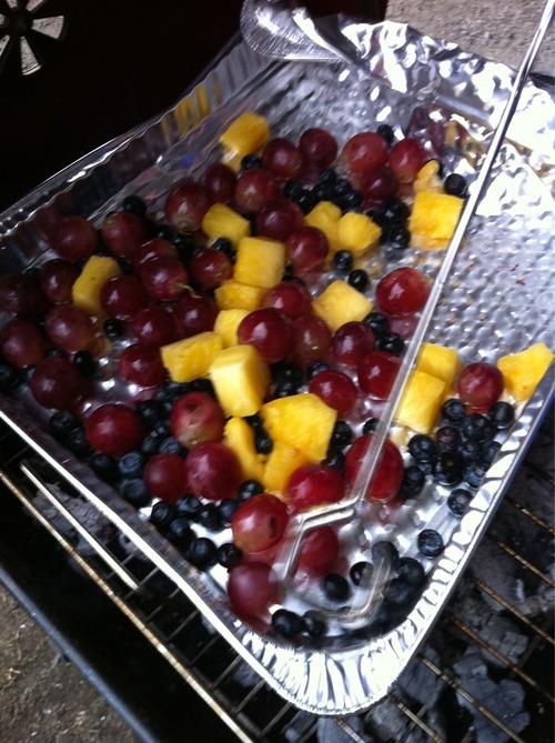 1、ブルーベリーやブドウ、パイナップルをフライパンに適当に注ぎ入れ